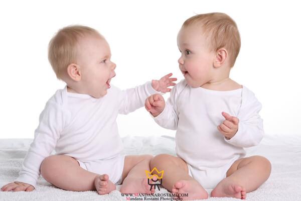 ژست عکاسی دو نفره کودک و نوزاد