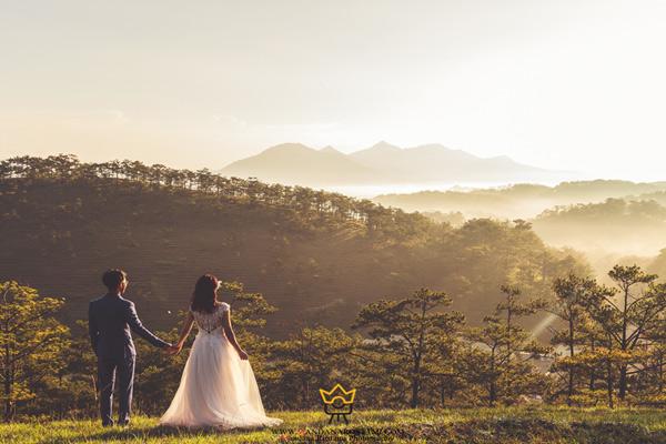ژست عکاسی عروس و داماد در آتلیه