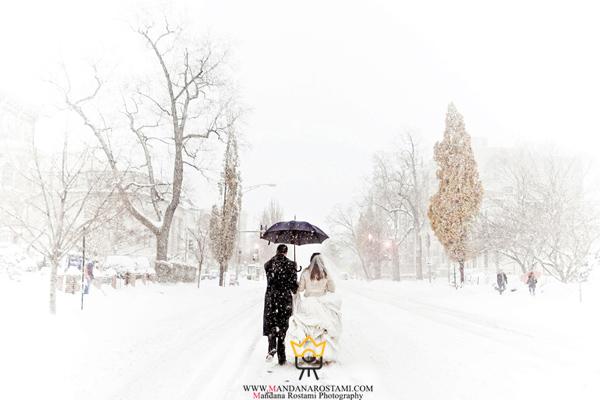 ژست عاشقانه در زیر بارش برف