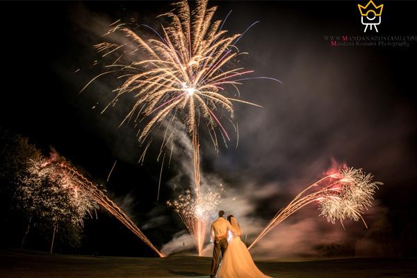 ژست آتش بازی عروس داماد در زمستان