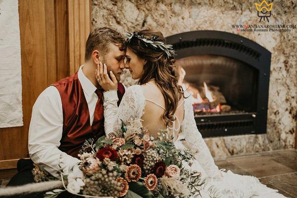 ژست عروس و داماد در کنار شومینه