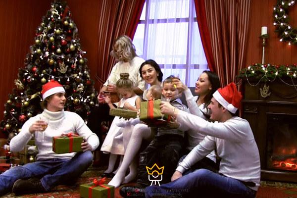 دسته جمعی خانواده با درخت کریسمس