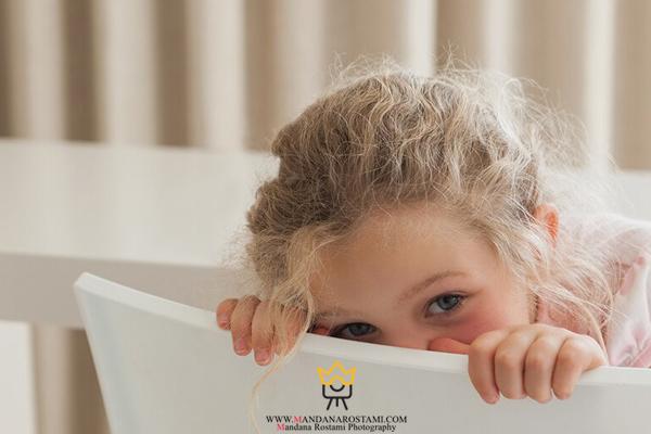 چه ژستی برای عکس کودک خجالتی مناسب است؟